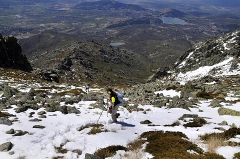 En la parte alta de la pedrera, sobre una de las manchas de nieve.| Alfredo Merino