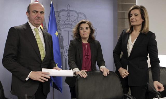La vicepresidenta, Soraya Sáenz de Santamaría, y los ministros Fátima Báñez y Luis de Guindos. | Efe