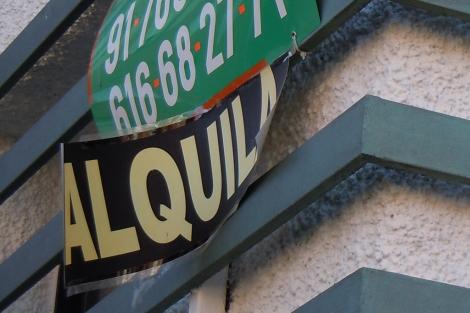 CArtel de 'Se Alquila' en el distrito de Hortaleza de Madrid. | J. F. L.