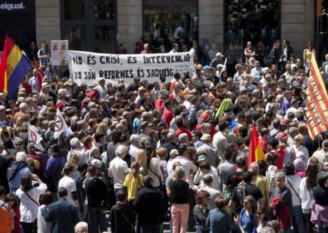 Protesta contra los recortes, de doble impacto en Cataluña.   Jordi Soteras