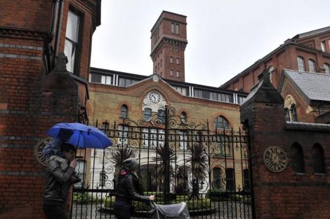 Un edificio del este de Londres donde los vecinos han recibido folletos informativos. | Efe