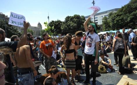 Manifestantes reunidos por comisiones en la plaza Cataluña el pasado año. | S. Cogolludo