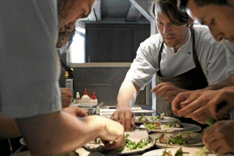 El chef Rene Redzepi, trabajando con su equipo del restaurante Noma.
