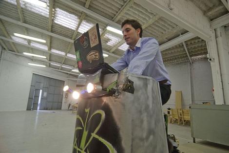 Gorka Peña, socio de la firma, prueba el prototipo en su oficina. | Patxi Corral