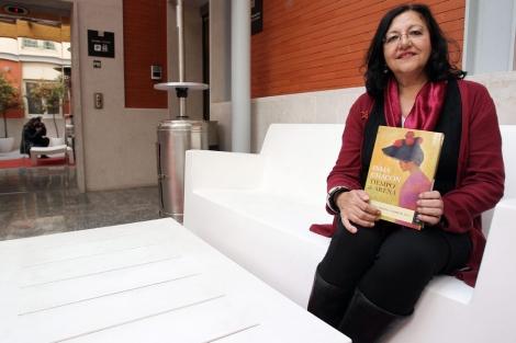 Inma Chacón, con un ejemplar de 'Tiempo de arena'. | Montse Álvarez