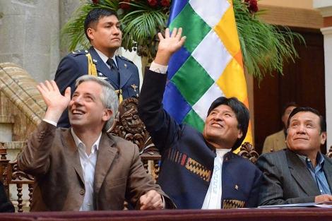 Evo Morales (centro), en el acto donde ha anunciado la expropiación de REE. | Efe