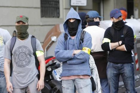 Mossos ataviados como manifestantes en la manifestación del Primero de Mayo. | J. Soteras