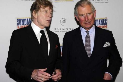 El actor Robert Redford (i) y Carlos de Inglaterra en la presentación del filme.   Reuters