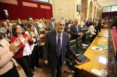 Griñán recibe el aplauso de su bancada en la sesión de investidura en el Parlamento.   J. Morón