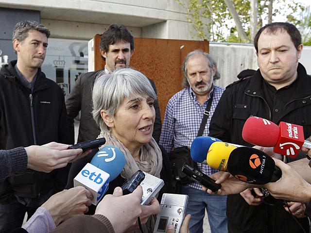 Amparo de Las Heras habla con los periodistas a su llegada a la sede judicial. | Chema Moya / Efe