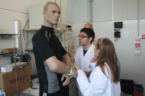 Científicos de la URV inyectan sudor artificial en el tejido. | Fotos: URV
