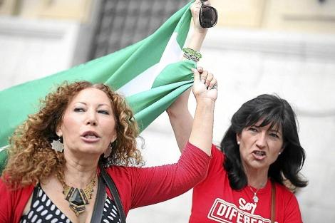 Pilar González (derecha), junto a Pilar Távora, en un acto electoral. | F.R.