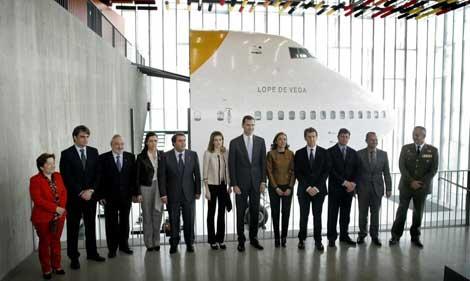 Los Príncipes de Asturias posan frente a un Boeing 747. | Efe