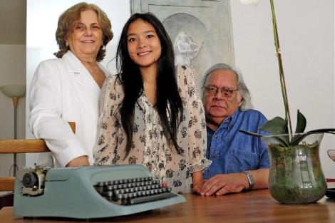 Raúl Rivero, ayer, con Blanca Reyes y su hija Yeni. | Bernardo Díaz