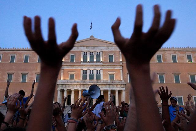 Atenienses contra los recortes del Gobierno se manifiestan en la Plaza Syntagma.   Reuters