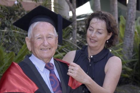 Allan Stewart, con una profesora de la Southern Cross University de Lismore. | Efe