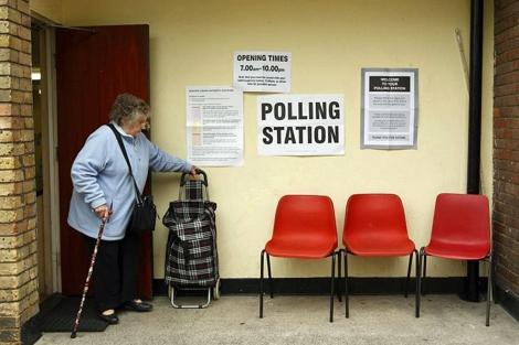 Una mujer, en un centro de votación en Londres. | Afp