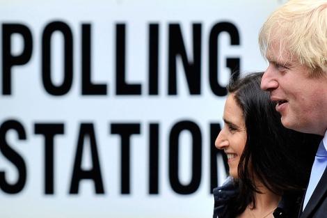 El alcalde de Londres (d) y su esposa, el jueves tras votar. | Efe