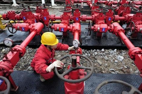 Un operario en las instalaciones de una planta de gas en China. | Reuters