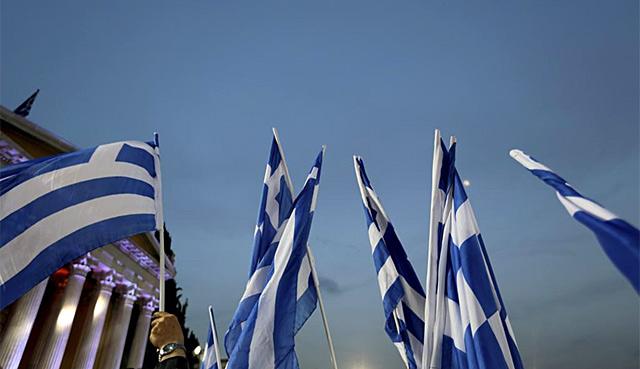 Banderas griegas frente al Parlamento. | Reuters