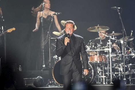 Luis Miguel, durante el concierto ofrecido este domingo en el pabellón de San Pablo. | E. Lobato