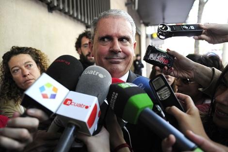 Pablo Crespo, rodeado de periodistas, tras salir de la Audiencia Nacional. | Bernardo Díez