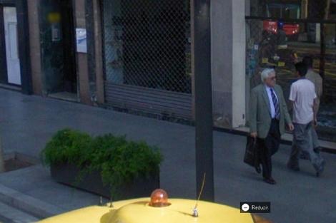 Ejemplo de Street View que incluye una persona con el rostro sin difuminar.
