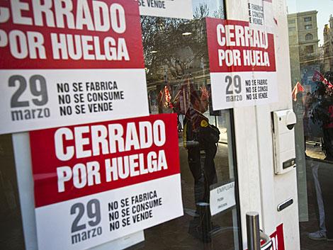 Carteles de la huelga general en la puerta de un centro comercial en Valencia.   V. Bosch