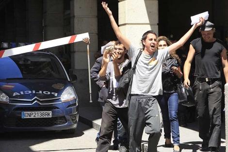 Varios de los detenidos saliendo de los juzgados de Sevilla. | Efe