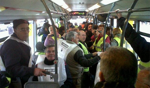 Autobús municipal 'secuestrado' contra la subida de tarifas y la supresión de líneas. | ELMUNDO.es