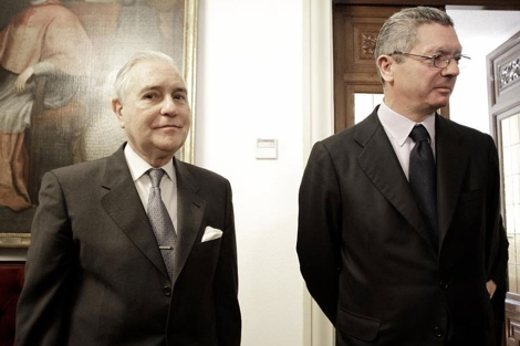Carlos Dívar, junto al ministro de Justicia, Alberto Ruiz-Gallardón. | Alberto di Lolli