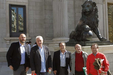Cayo Lara, junto a miembros de Europa Laica, a las puertas del Congreso.   Efe
