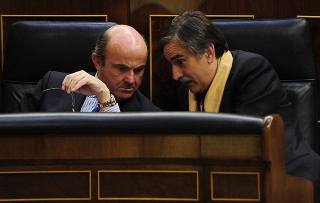 Luis de Guindos y Valeriano Gómez, en el Congreso de los Diputados.| Bernardo Díaz