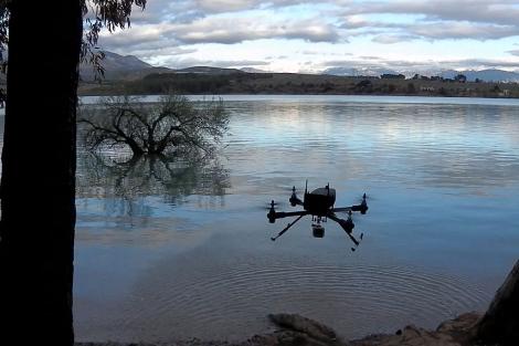 Imagen de una prueba sobre el terreno del robot volador. | UGR