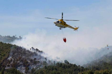 Un helicóptero en las tareas de extinción. | Pep Vicens
