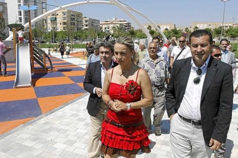 Castedo, durante la visita a un parque de la ciudad. | Roberto Pérez