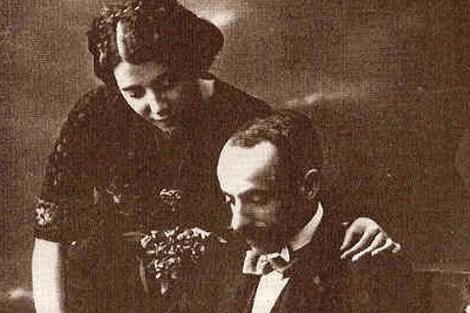 La escritora Lejárraga, en una posa cariñosa con su marido, Gregorio Martínez Sierra. | E.M.