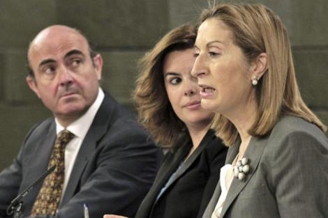 Ana Pastor, en primer plano, en la rueda de prensa posterio al Consejo de Ministros. | Efe
