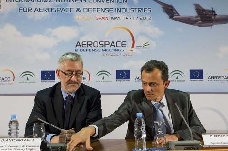 El astronauta Pedro Duque, junto al consejero andaluz de Economía e Innovación. | Efe