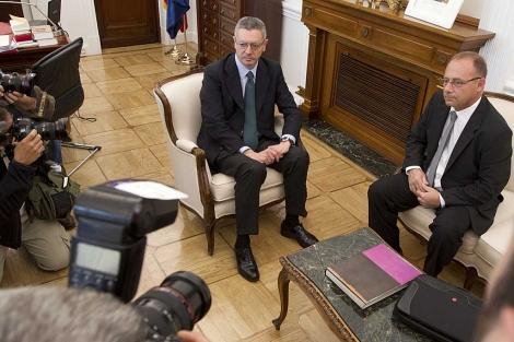 El ministro y Antonio del Castillo posan para los fotógrafos durante su encuentro. | Alberto Cuéllar