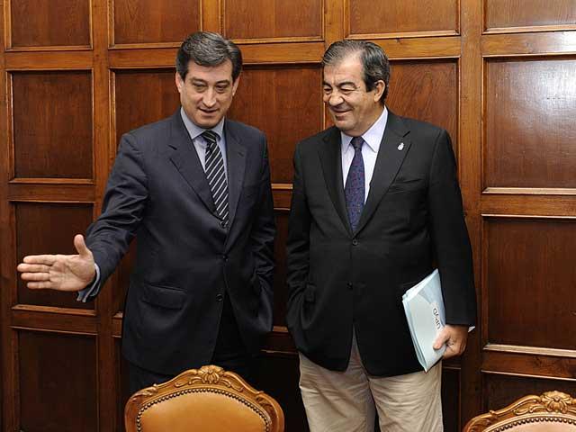 Álvarez Cascos (derecha) junto con Ignacio Prendes (UPyD) antes de su reunión de este lunes | Reuters