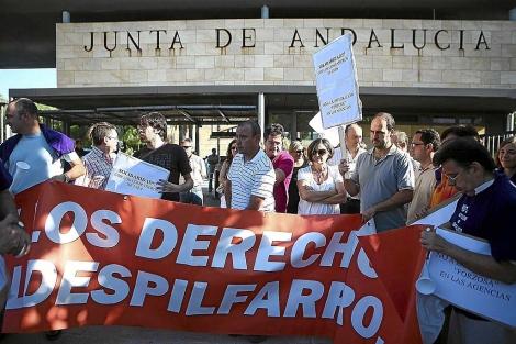 Funcionarios de la Junta protestan en Torretriana. | Carlos Márquez