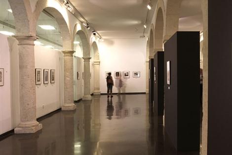 Un visitante contempla las imágenes de una de las salas del Centro de Fotografía. | E.M.