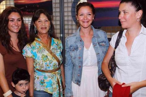 María Esteve rodeada por sus hermanas y su madre, Pepa Flores. | A. Pastor
