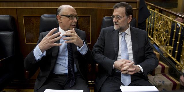 El ministro de Hacienda, Cristóbal Montoro, junto al presidente del Gobierno, Mariano Rajoy. | A. Cuéllar
