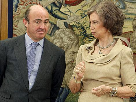 La Reina, junto al ministro de Economía en una recepción reciente. | Efe