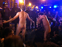 'Indignados' ante la Policía. | Q. A