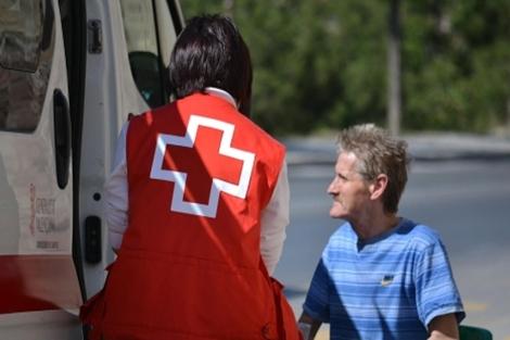 Una voluntaria de Cruz Roja atiende a una persona. | E.M.