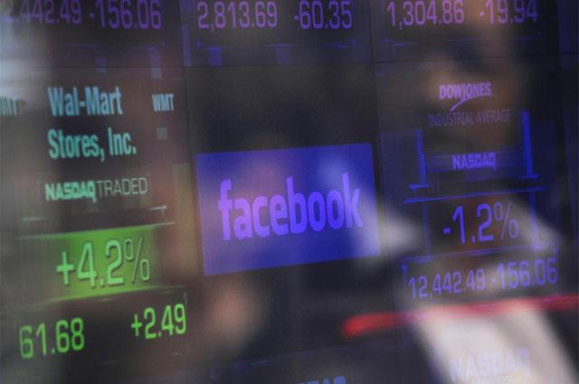 El logo de Facebook en una de las pantallas del Nasdaq. | Foto: Reuters