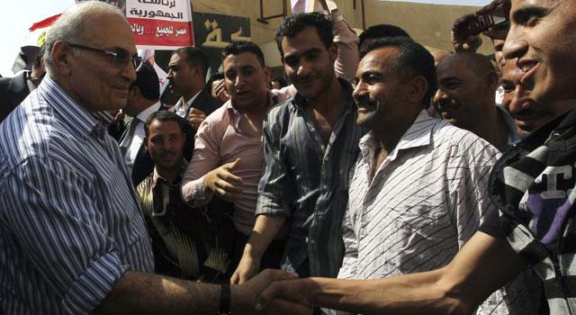 El candidato presidencial Ahmed Shafik saluda a unos simpatizantes en Al-Obour. | Efe